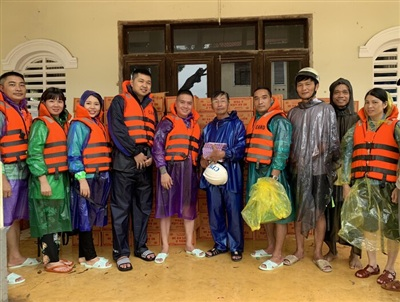 Nhóm những người yêu hoa lan tặng quà và tiền mặt cho người dân thôn  Dương Sơn, xã Hương Toàn, thị xã Hương Trà, tỉnh Thừa Thiên Huế.