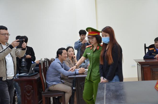 Bị cáo được đưa đi sau phiên tòa