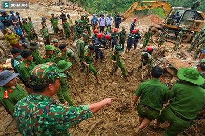 Hơn 500 cán bộ, chiến sĩ của nhiều đơn vị tìm kiếm đang tích cực tìm những nạn nhân mất tích còn lại dưới đống bùn đất.