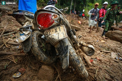 Những chiếc xe máy bị vùi lấp dưới lớp đất đá được bộ đội kéo lên.