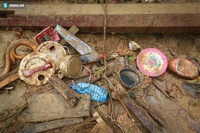 Nhiều vật dụng gia đình được lực lượng cứu nạn nhặt lại dưới đống đổ nát.