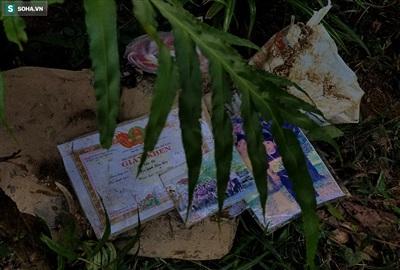 Nhiều giấy khen, sách vở, ảnh gia đình các nạn nhân được gom lại khiến nhiều người xót xa.