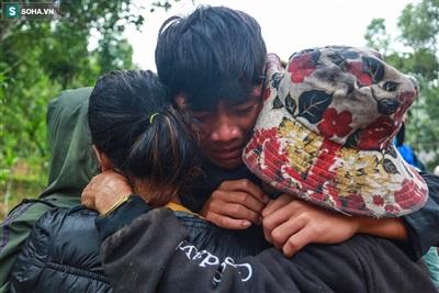 Em Lê Thanh Tú (11 tuổi) ôm chặt lấy những người thân còn sống sót, khóc nghẹn khi thi thể của bố mình vẫn chưa được tìm thấy. Tú là con út của ông Việt - Bí thư xã Trà Leng.