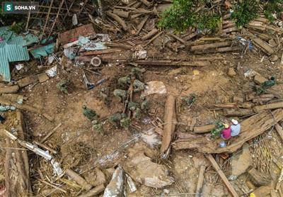 Khu vực nhà của Bí thư xã Trà Leng đã bị san phẳng, giờ chỉ còn là một lớp đất đá, cây gỗ bao phủ.