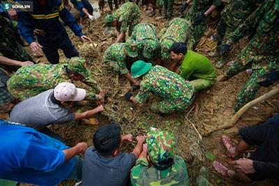 Hiện vẫn còn 11 người chưa được tìm thấy, lực lượng chức năng vẫn đang tích cực tìm kiếm dù thời tiết đnag mưa, gây khó khăn cho việc cứu nạn.