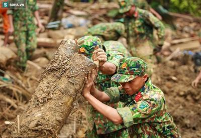 Lực lượng công binh đào bới suốt ngày đêm để tìm kiếm những nạn nhân còn lại.