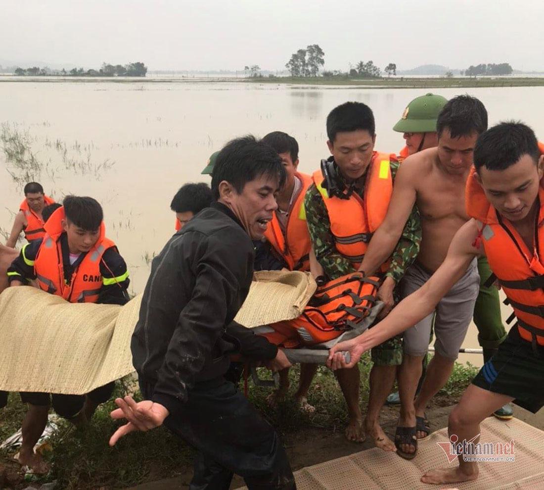 Lực lượng Cảnh sát PCCC&CNCH vớt thi thể em Phạm Văn Phúc bị lũ cuốn