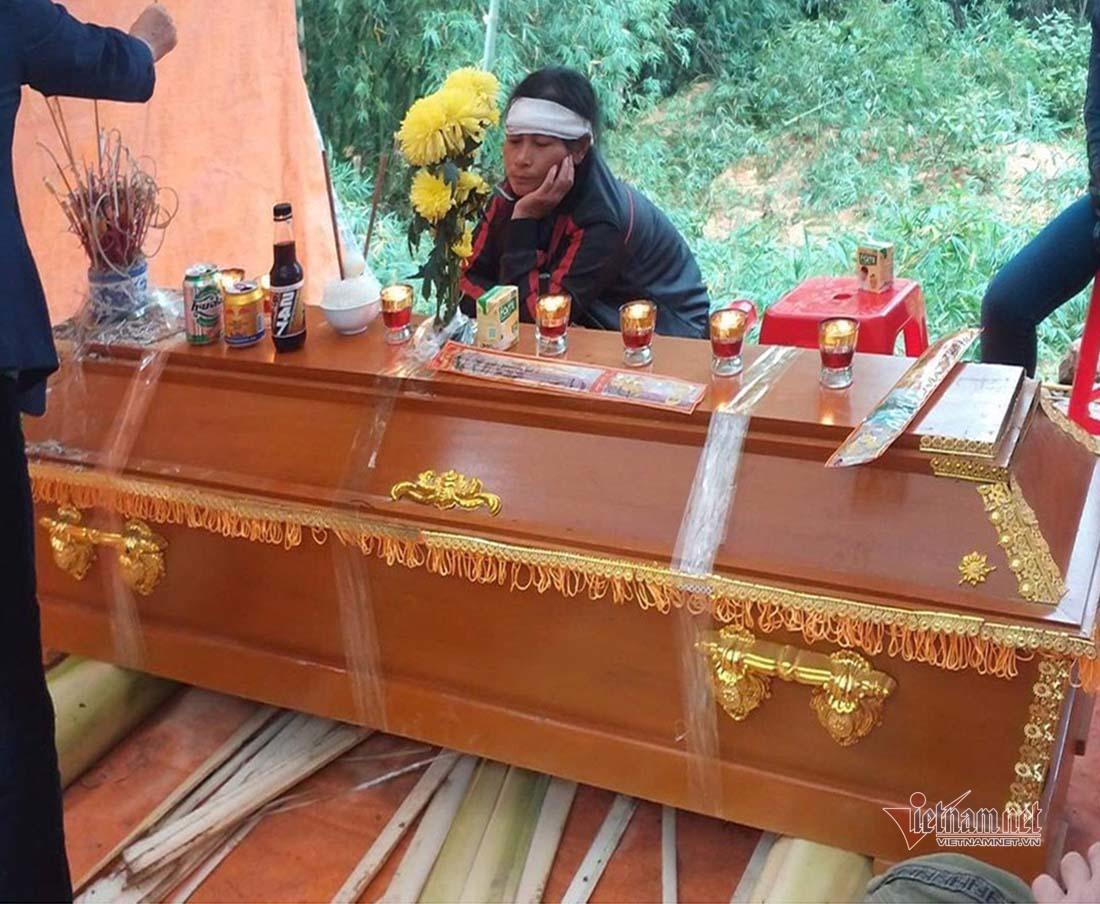 Mẹ anh Quảng ngồi bên cỗ quan tài không thể tả hết nỗi đau mất ccon