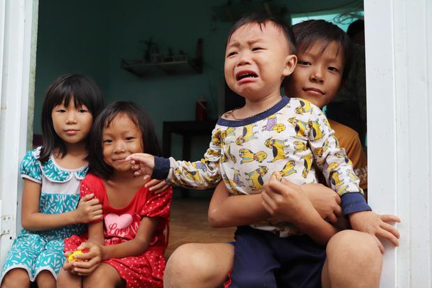 4 đứa trẻ con của chị Hồng trong căn nhà trống sau bão số 9