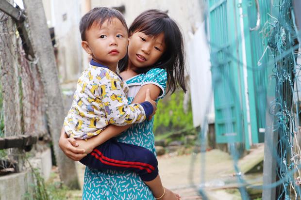 Bé Hương rất thích đi học nhưng chưa có đủ tuổi vì bố mẹ khai muộn