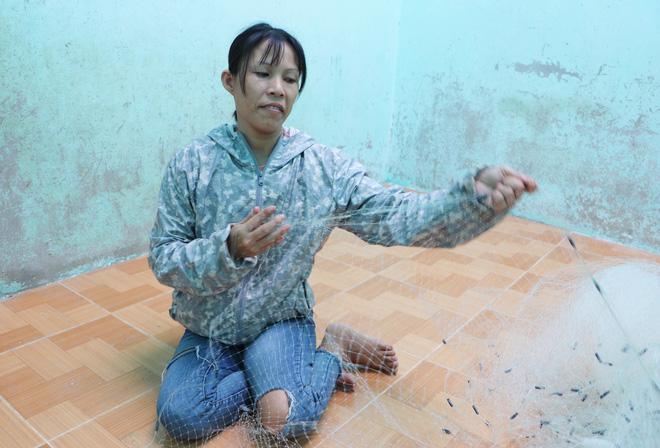 Chị Hồng đan lưới để trang trải cuộc sống gia đình