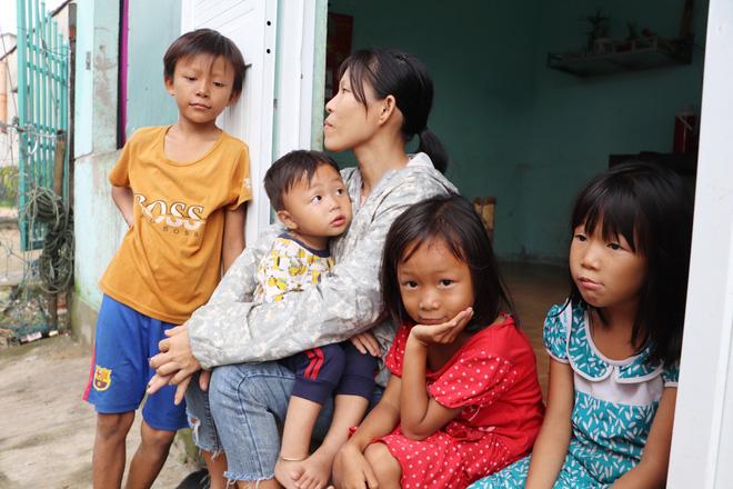 4 đứa trẻ bên người mẹ khờ sau khi cơn bão đi qua