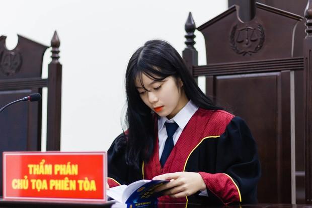 Nữ sinh hiện đang nổi rần rần khắp các trang mạng xã hội khi xuất hiện với bộ trang phục Thẩm phán