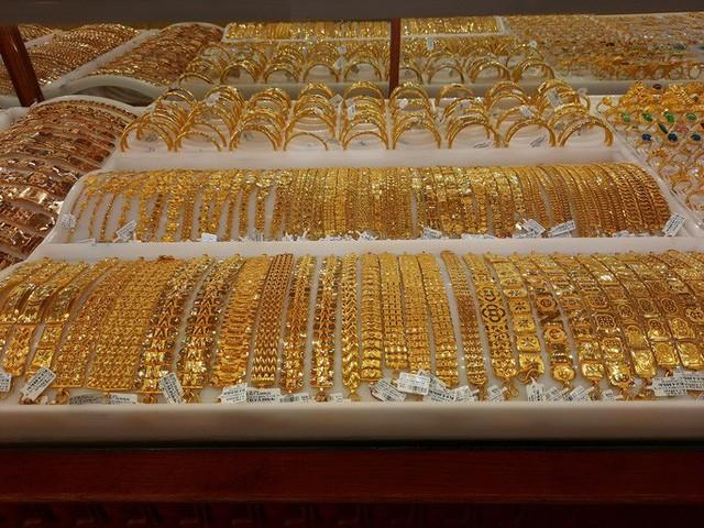Giá vàng trong nước cũng giảm sâu theo giá vàng thế giới. Ảnh: NLĐ