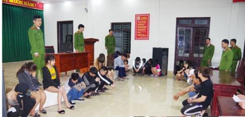 Các nam nữ thanh niên vừa bị bắt giữ