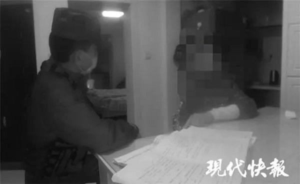 Cảnh sát tới giúp 2 mẹ con giải quyết mâu thuẫn.