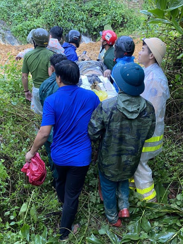 Nạn nhân bị thương được đưa đi cấp cứu (Ảnh: CTV)
