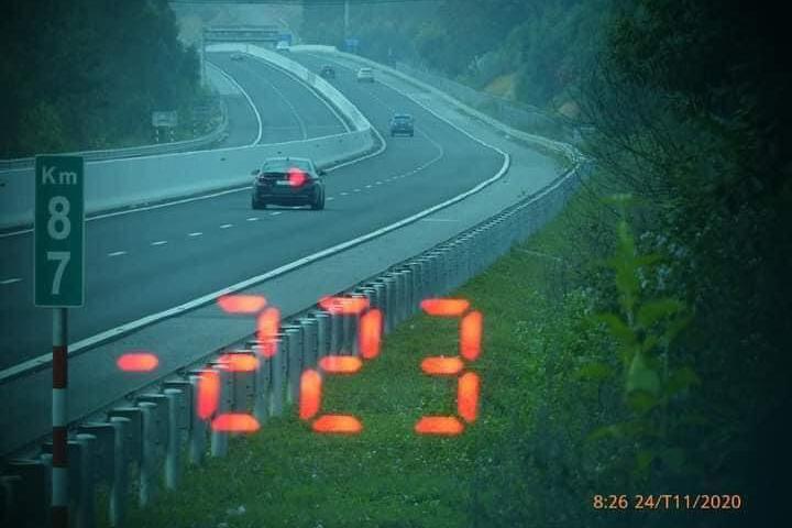 Xe BMW với tốc độ 223 km/h trên cao tốc, tài xế bị phạt 11 triệu đồng