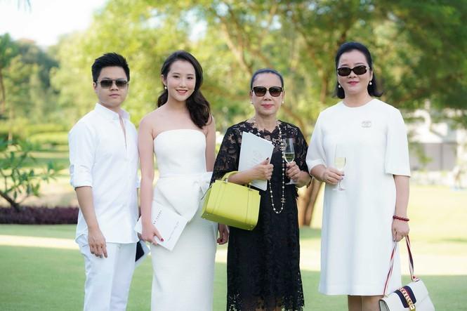 Chuyện tình của hot girl Primmy Trương và thiếu gia Phan Thành nhận được sự ủng hộ của hai gia đình. Phan Thành khá được lòng bà Xuân Trang. Hôm qua, 24/11, cặp đôi vừa làm lễ đính hôn.
