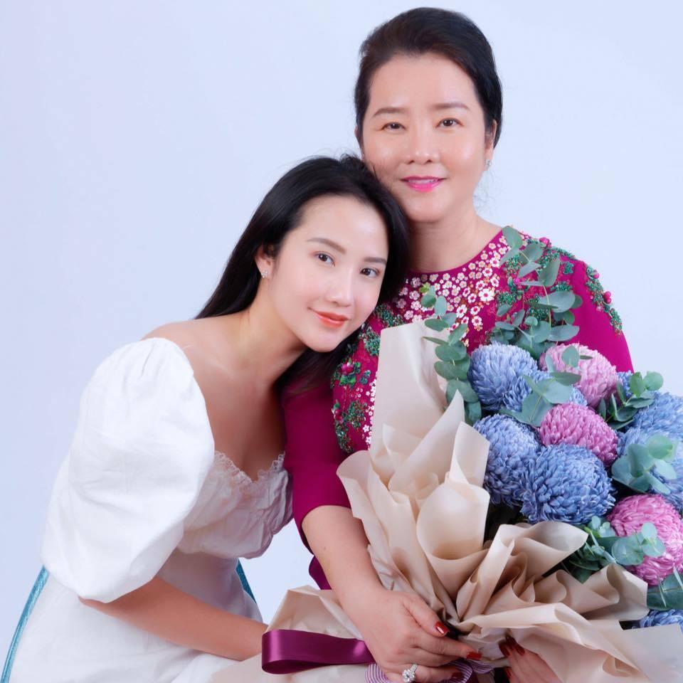 Cô là con gái của bà Võ Thị Xuân Trang - Hiệu trưởng trường Phát triển cá nhân & Đào tạo tài năng John Robert Power Việt Nam. Ngôi trường này được mệnh danh chỉ dành cho hội con nhà giàu vì học phí đắt đỏ.