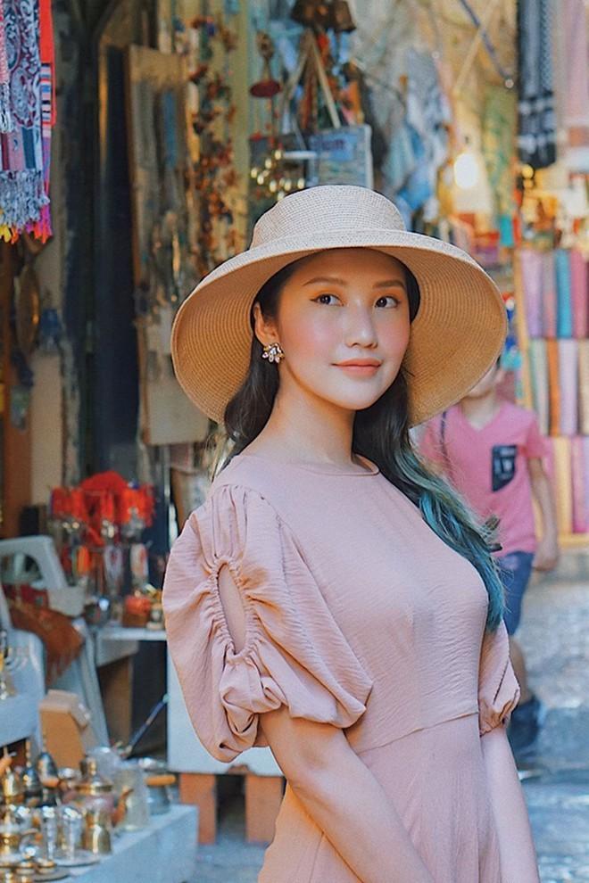 Trang Instagram của cô có hơn 100 ngàn lượt theo dõi, cùng 30 ngàn follow kênh làm đẹp trên YouTube. 9X được vinh danh trong Top 15 Vietnam Beauty Influencer tại Influence Asia.Hot girl ưa chuộng phong cách sang trọng, nhẹ nhàng. Tủ đồ hiệu của cô có nhiều phụ kiện, trang phục từ các thương hiệu đình đám thế giới.