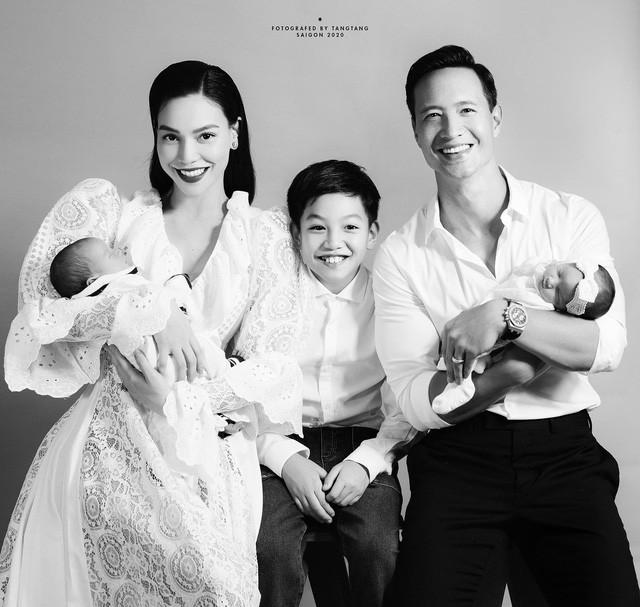 Subeo cười tươi rạng rỡ bên mẹ và cha dượng cùng 2 em mới sinh.