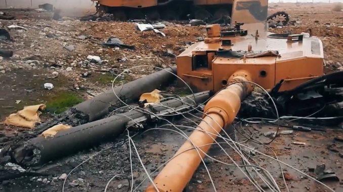 Xe tăng bị tiêu diệt tại cuộc chiến tại Idlib. Ảnh: AP