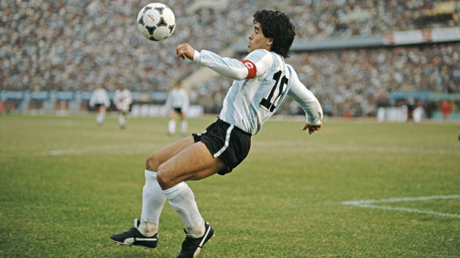 Sức mạnh của Maradona khiến bức ảnh '1 cân 6' trở thành huyền thoại