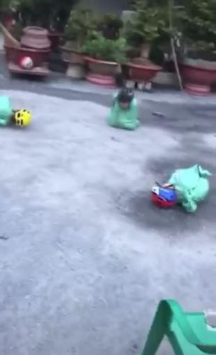 Những đứa trẻ ngã lăn lóc trên sân. (Ảnh cắt từ clip)