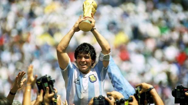 Diego Maradona nâng cao chiếc Cúp vàng thế giới 1986