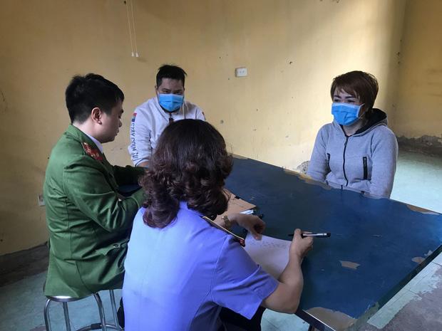 Sau khi tiếp nhận và tiến hành xác minh ban đầu, ngày 22/11, Cơ quan CSĐT Công an huyện Yên Phong đã ra lệnh khám xét khẩn cấp nơi ở, nơi làm việc và ra quyết định bắt giữ khẩn cấp đối với Nguyễn Thị Ánh T. về hành vi 'hành hạ người khác' theo quy định tại điều 140 Bộ luật hình sự. Còn cháu D. được anh trai là Trương Quang Dương, 18 tuổi, chăm sóc tại Trung tâm y tế huyện Yên Phong. Bước đầu tại cơ quan công an, T. đã thừa nhận hành vi đánh cháu D. Nữ chủ quán bánh xèo khai, trong quá trình làm việc, những lúc thấy D. lười biếng, chậm chạp, hay ăn vụng, ở bẩn, luộm thuộm, lại nghi ngờ cháu trộm tiền nên nhiều lần đánh cậu bé này bằng những vật dụng như đánh vẩy cá, dao phụ bếp ở trong bếp ăn.