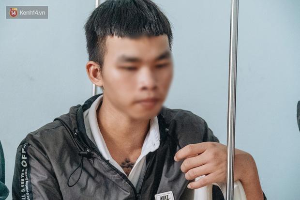 Trương Quang Dương, 18 tuổi, anh trai của D. cho biết, cả 2 anh em đều là nhân viên của quán bánh xèo do T. làm chủ. Dương làm ở cơ sở khác, cách quán của em trai vài km. Dương kể, mẹ mất, cha bị tâm thần, nên khoảng tháng 9/2020, thấy em ruột nghỉ học, không có ai quản lý, nên đã đưa em từ quê lên Bắc Ninh xin việc.