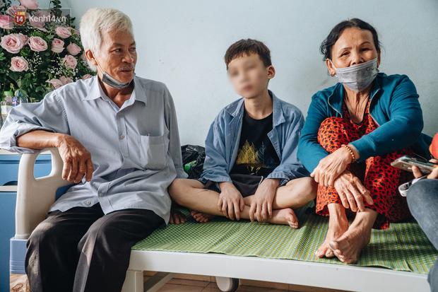 Trong ngày 24/11, người thân gần nhất của 2 anh em D. là vợ chồng ông Trương Quang Minh và bà Lê Thị Thu Lập đã ra Bắc Ninh thăm cháu. Khi gặp D. người đầy vết thương, bà Lập đã bật khóc xót xa. Ông bà cũng đã viết đơn nhờ luật sư bảo vệ pháp lý cho cháu.