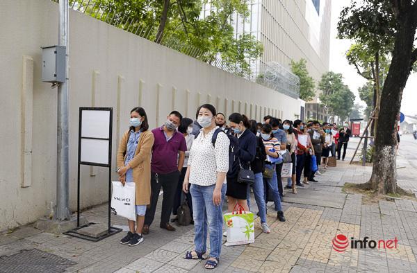 Hàng trăm người đến làm thủ tục xin visa trước đại sứ quán Nhật Bản.