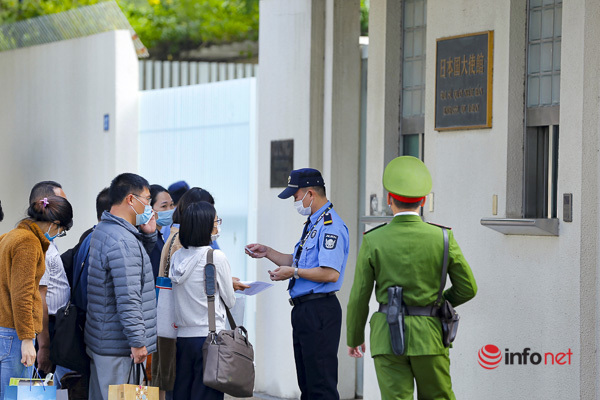 Từng top 20 người vào làm thủ tục trước cổng Đại sứ quán Nhật Bản.