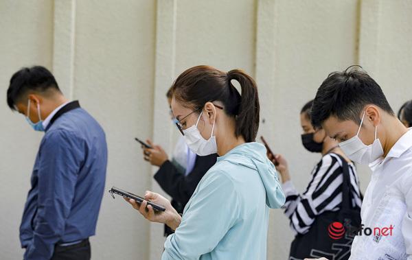 Trong khi chờ đợi, ai nấy đều dùng điện thoại.