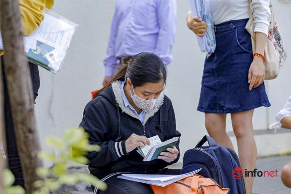 Một nhân viên công ty xuất khẩu lao động ngồi kiểm tra lại các hộ chiếu của người xin visa xuất khẩu lao động.
