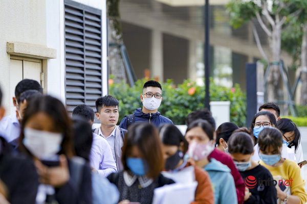 Đến khoảng 9h30 cùng ngày, lượng người đến làm thủ tục xin visa trước cổng Đại sứ quán Nhật Bản vẫn rất đông.