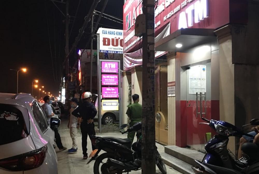 Lực lượng công an vẫn đang tiến hành khám nghiệm hiện trường nơi xảy ra vụ việc. Ảnh: Báo Tiền Phong