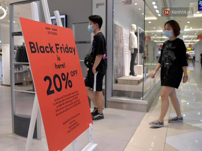 Vừa mở cửa, 1 gian hàng thời trang tại Royal City đã khá đông khách ghé mua sắm (Ảnh: Phương Thảo)