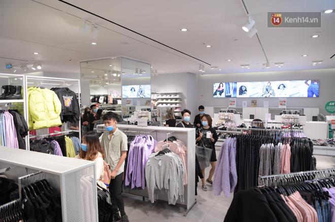 Các bạn trẻ có mặt từ sáng để tranh thủ mua những bộ đồ mình săn lùng từ trước, được giảm giá trong dịp này (Ảnh: Phương Thảo)