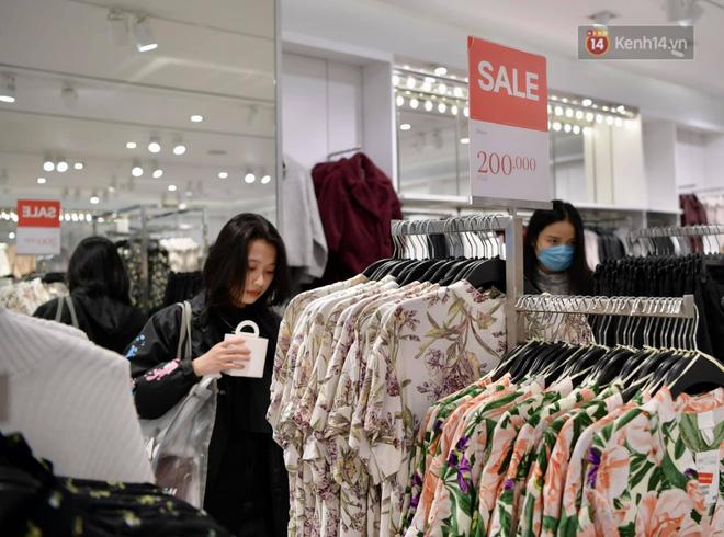 Ngay sau khi mở cửa, một gian hàng thời trang đã khá đông khách hàng (Ảnh: Phương Thảo)