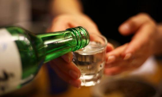 Nguyên nhân gây viêm gan do rượu là quá trình phân hủy rượu tạo ra các hóa chất độc gây viêm, phá hủy tế bào gan. (Hình minh họa)