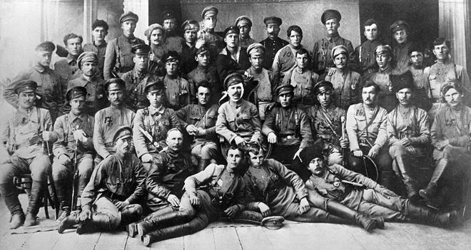 Vasily Chapayev với vết băng ở đầu và Dmitry Furmanov bên tay phải năm 1919. Ảnh: Sputnik