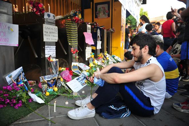 Người hâm mộ khắp thế giới tưởng niệm Maradona