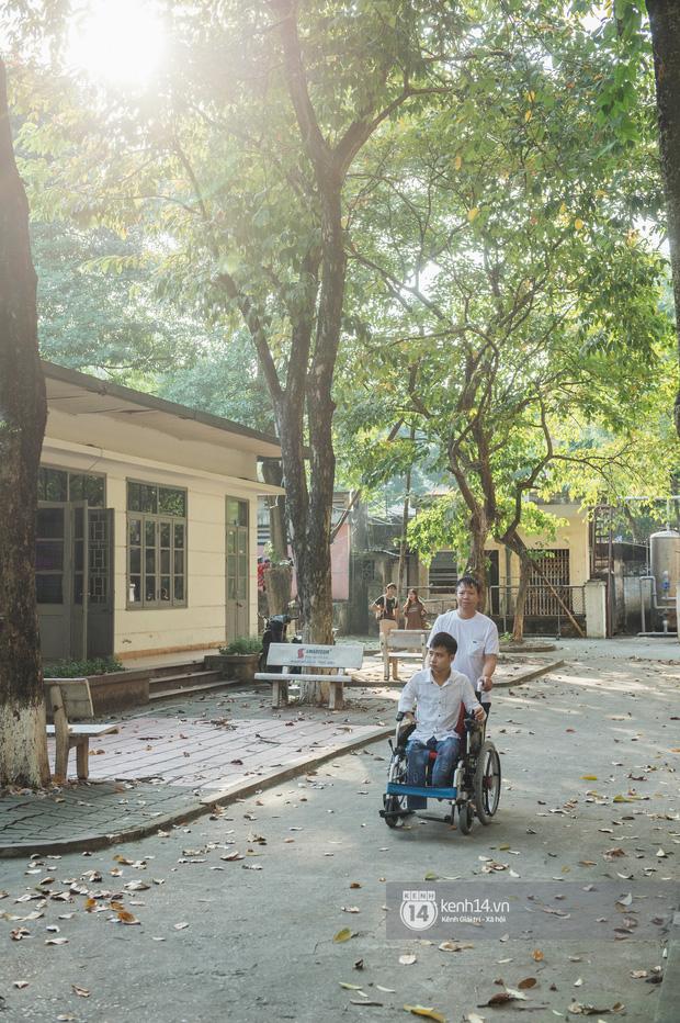 Trường Đại học Bách khoa đã tạo điều kiện đổi hết phòng học của Tất Minh xuống tầng 1, đồng thời tài trợ cho Minh chiếc xe lăn điện để nam sinh an tâm đến trường