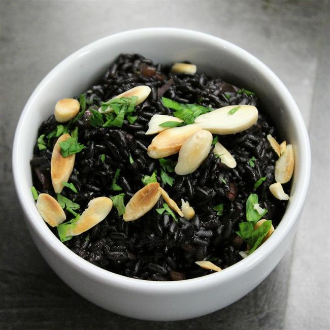 Ăn gạo đen thường xuyên sẽ giúp cải thiện giấc ngủ, điều trị những bệnh hoa mắt, chóng mặt, tóc bạc, đau mỏi eo...