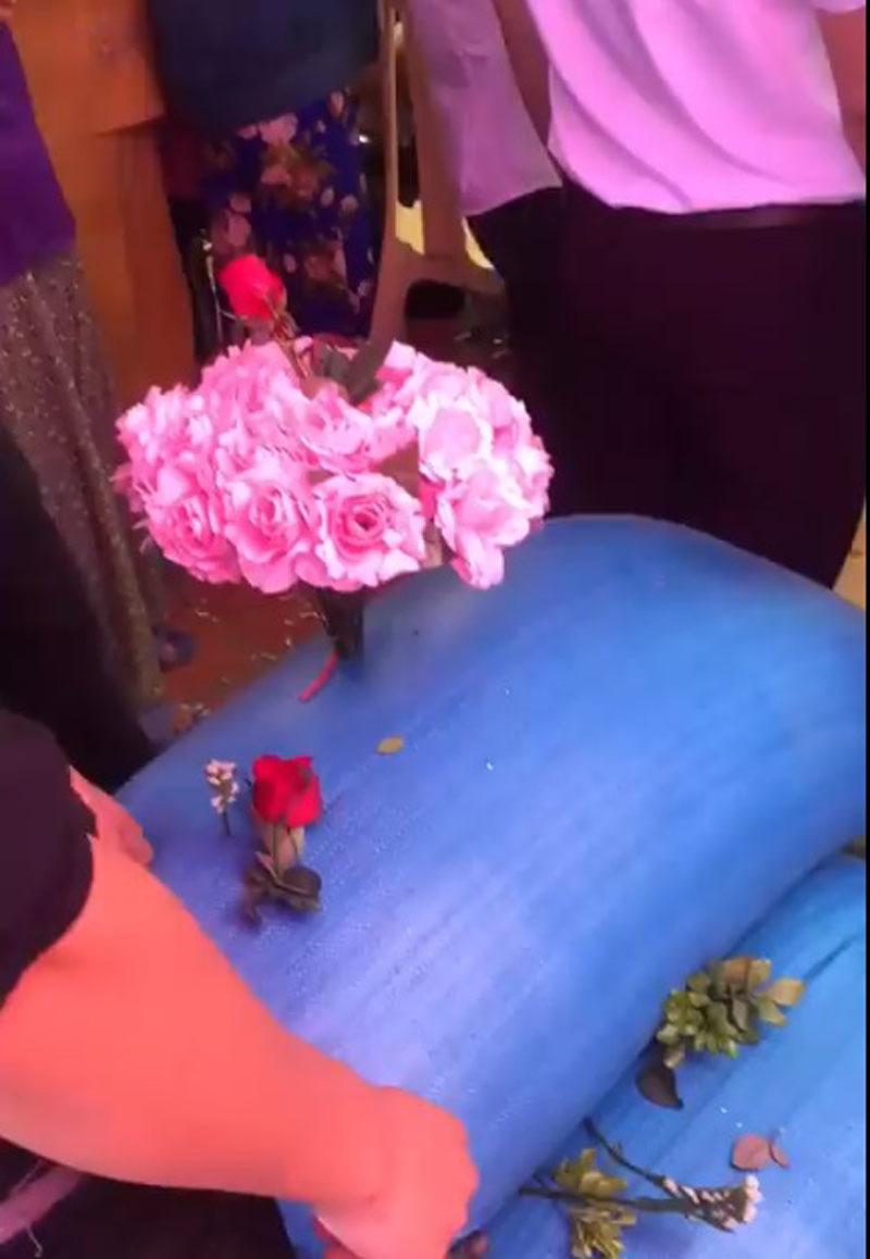 Quà cưới là 3 bao thóc to, được trang trí hoa, lá khiến đôi tân lang, tân nương không khỏi bất ngờ.