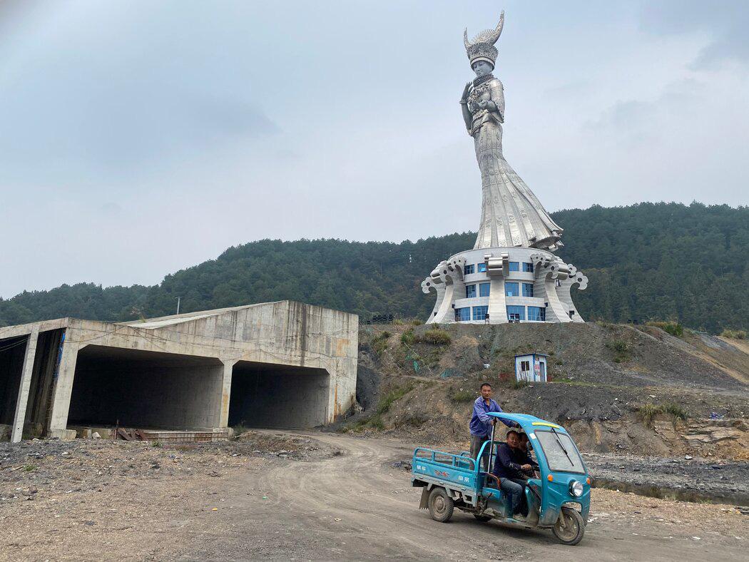 Cảnh quan ngổn ngang dưới chân tượng Yang Asha. Ảnh: NYT