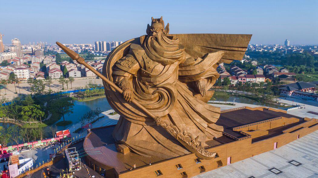 Bức tượng Quan Vũ đồ sộ ở Kinh Châu. Ảnh: NYT